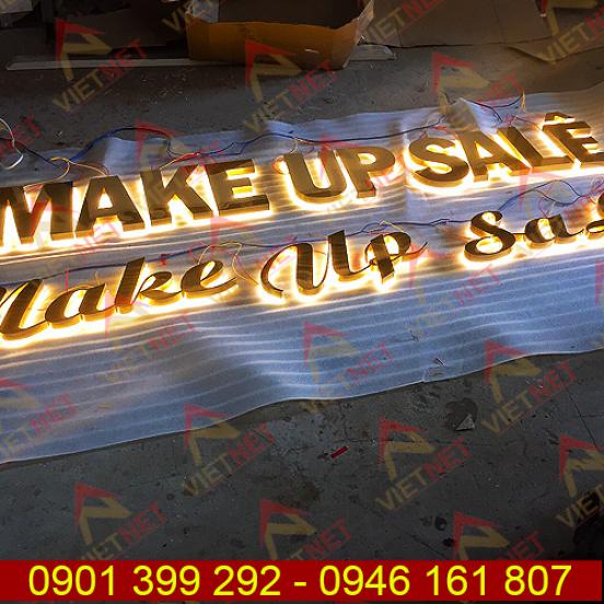 Chữ inox âm đèn hắt sáng chân tiệm Make Up Sa Lê