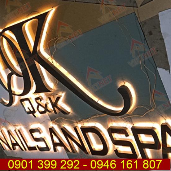 Chữ inox âm đèn hắt sáng chân tiệm Nails and Spa QK