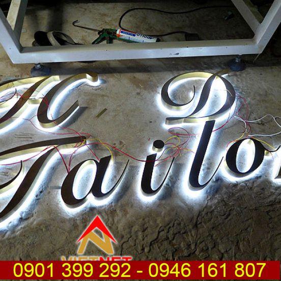 Chữ inox âm đèn hắt sáng chân cửa hàng H&D TaiLor