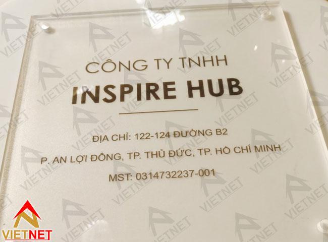 bang-mica-ten-cong-ty-in-decal-dan-nguoc-inspire-hub-1