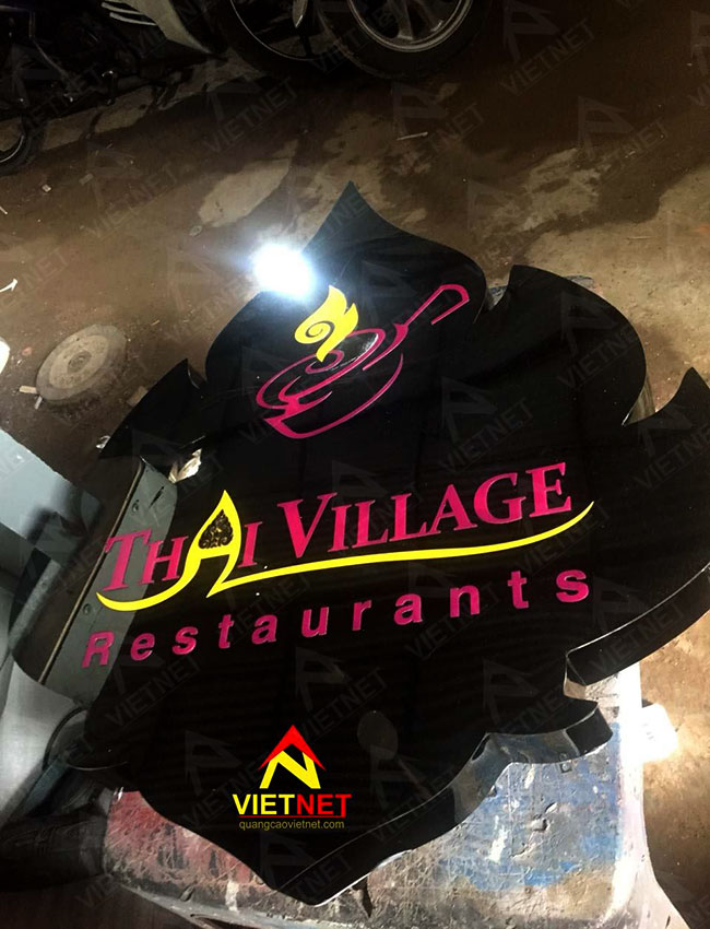 chu-inox-den-bong-logo-thai-village-restaurat