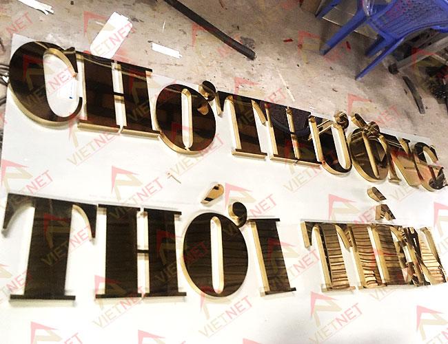 chu-inox-vang-guong-cho-thuong-thoi-tien