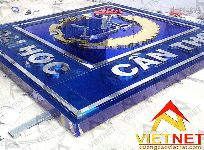 thi-cong-bang-hieu-quang-cao-logo-inox-dai-hoc-can-tho