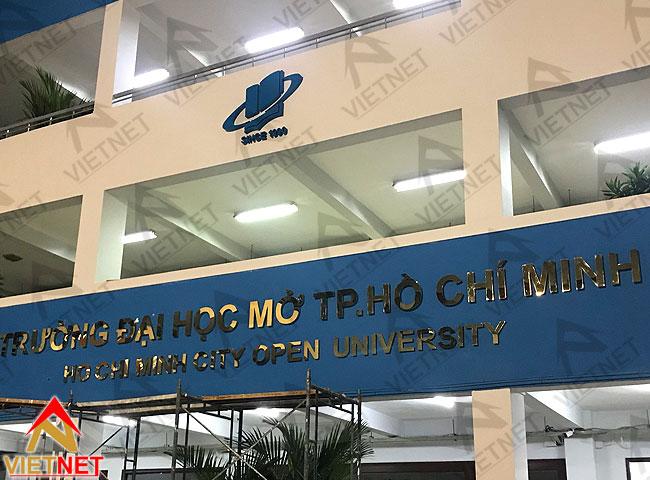 thi-cong-bang-hieu-quang-cao-truong-dai-hoc-mo